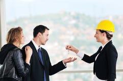 Молодые пары покупая новый дом с агентом по продаже недвижимости Стоковая Фотография