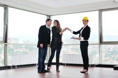 Молодые пары покупая новый дом с агентом по продаже недвижимости Стоковое Изображение RF