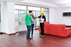 Молодые пары покупая новый дом с агентом по продаже недвижимости Стоковые Изображения RF