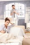 Молодые пары получая готова в утре стоковое изображение rf