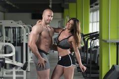 Молодые пары представляя в спортзале Стоковое фото RF