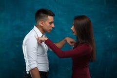 Молодые пары представляя на голубой предпосылке Стоковое Фото
