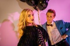 Молодые пары представляя с воздушными шарами Стоковая Фотография RF