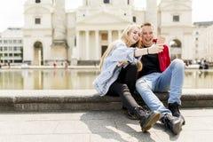 Молодые пары принимая selfie в вене, Австрии Стоковые Фотографии RF
