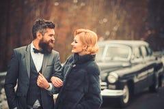 Молодые пары путешествуя на винтажном автомобиле стоковые фото