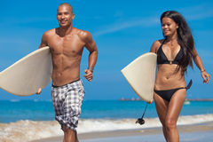 Молодые пары работая на пляже Стоковое фото RF