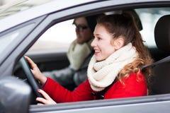 Молодые пары сидя в автомобиле Стоковая Фотография RF
