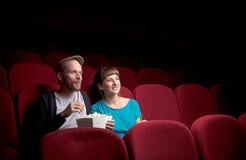 Молодые пары сидя на красном кинотеатре стоковые фотографии rf