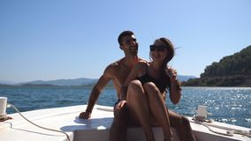 Молодые пары сидя на смычке шлюпки и представляя к фотографу на солнечном дне Счастливые пары в влюбленности тратя время совместн видеоматериал
