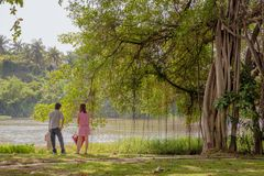 Молодые пары стоя на береге реки стоковое фото rf
