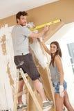 Молодые пары строя новый дом Стоковая Фотография