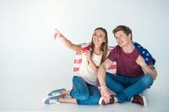 Молодые пары с американским флагом стоковые фотографии rf