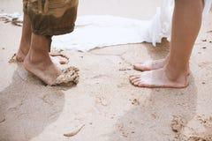 Молодые пары с босоногим на пляже стоковое изображение rf