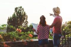 Молодые пары с картой Стоковые Фотографии RF
