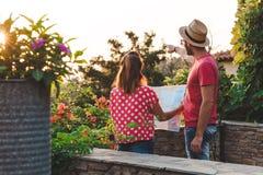 Молодые пары с картой Стоковые Изображения