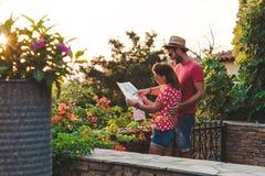 Молодые пары с картой Стоковая Фотография RF