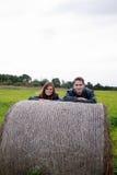 Молодые пары с haystack стоковая фотография