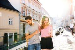 Молодые пары с smartphones на улице Стоковое Изображение RF