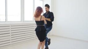Молодые пары танцуя kizomba или bachata социальных танцев или semba в классе танцев внутри помещения видеоматериал