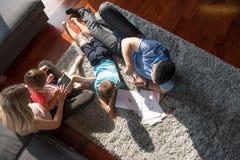 Молодые пары тратя время с взгляд сверху детей Стоковое Изображение RF