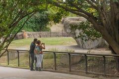Молодые пары фотографируя в зоопарке Мехико стоковое фото rf