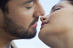 Молодые пары romancing Стоковые Фотографии RF
