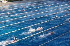 Молодые пловцы в открытом бассейне во время гонки фристайла Образ жизни здоровья и фитнеса стоковые фото