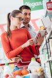 Молодые покупки пар с таблеткой стоковое фото rf