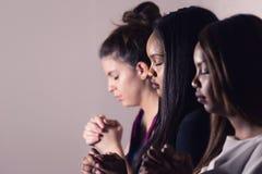Молодые посвященные женщины моля совместно стоковые изображения rf