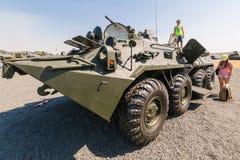 Молодые посетители стоят конец Armored боевой машины BTR-82AM стоковые фотографии rf