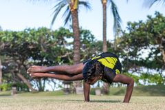 Молодые практикующий врачи человека йоги делая йогу на природе Азиатский индийский человек yogis на траве в парке Остров Бали Стоковые Изображения RF
