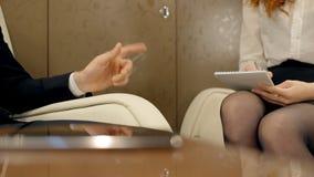 Молодые предприниматели в работая процессе сидя в интерьере самолета акции видеоматериалы