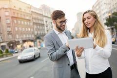 Молодые предприниматели коммутируя и идя в город стоковое изображение rf