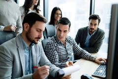 Молодые предприниматели работая на компьютере в офисе Стоковые Фотографии RF