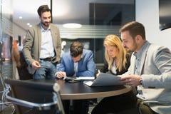 Молодые предприниматели работая на компьютере в офисе Стоковая Фотография RF