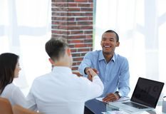 Молодые предприниматели тряся руки друг с другом стоковые фото