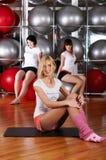 Молодые прелестно девушки идут внутри для спортов Стоковые Фото