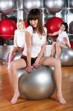 Молодые прелестно девушки идут внутри для спортов Стоковая Фотография RF