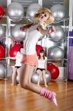 Молодые прелестно девушки идут внутри для спортов Стоковые Изображения