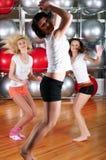 Молодые прелестно девушки идут внутри для спортов Стоковые Фотографии RF