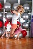 Молодые прелестно девушки идут внутри для спортов Стоковое Фото