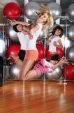 Молодые прелестно девушки идут внутри для спортов Стоковые Изображения RF