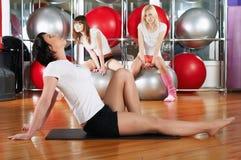 Молодые прелестно девушки идут внутри для спортов Стоковое Изображение