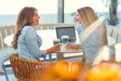 Молодые привлекательные девушки в кафе стоковая фотография