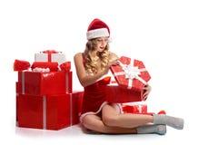 Молодые привлекательные женские подарки на рождество отверстия Стоковая Фотография RF