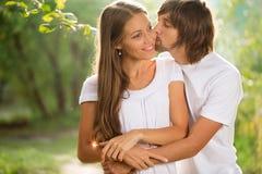 Молодые привлекательные пары совместно outdoors стоковая фотография