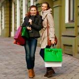Молодые привлекательные подруги идут ходить по магазинам Стоковое Изображение RF