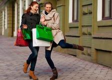 Молодые привлекательные подруги идут ходить по магазинам Стоковая Фотография RF