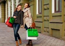 Молодые привлекательные подруги идут ходить по магазинам Стоковые Фото