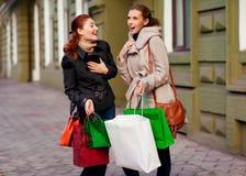 Молодые привлекательные подруги идут ходить по магазинам Стоковые Фотографии RF